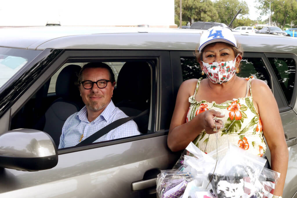 0602_selling-mask-woman-and-british-man-in-the-car_2020