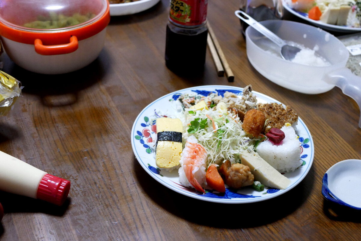 Bento on the plate, bottle of mayonnaise, etc. on the table