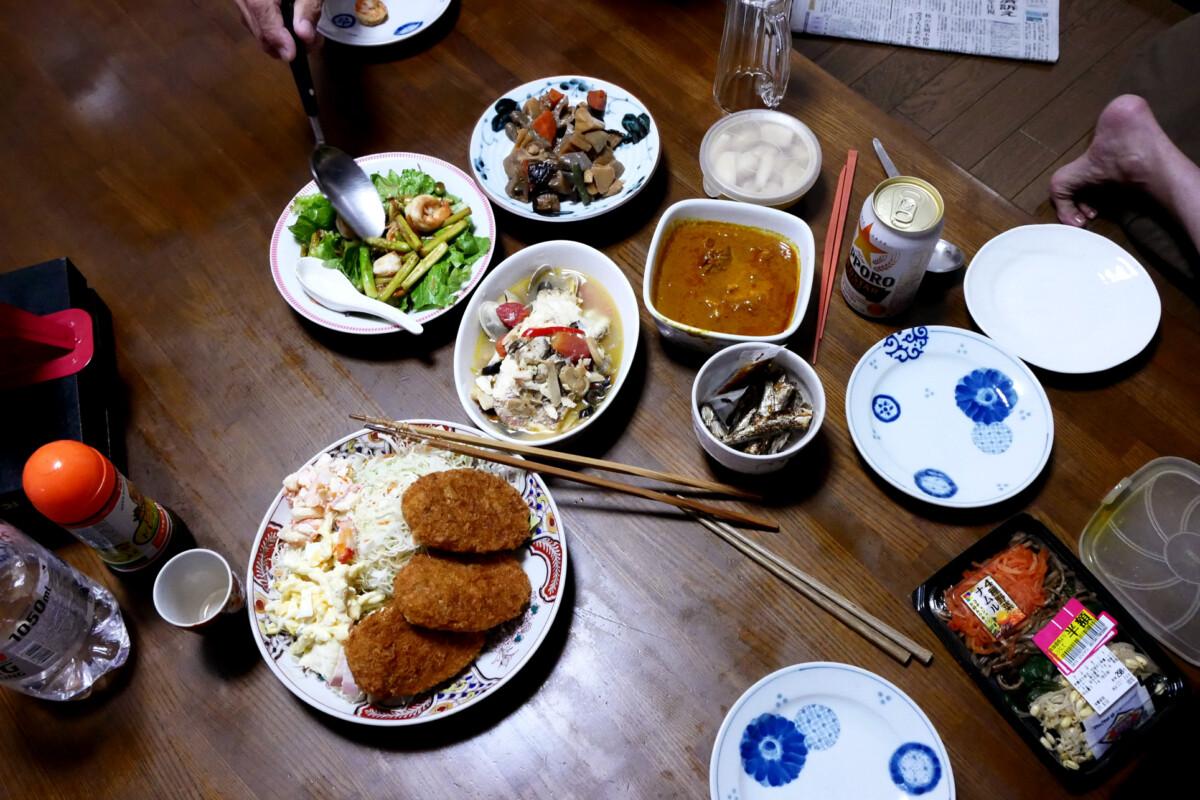 Japanese meals like crockets, salad, curry, fried shrimp on the table