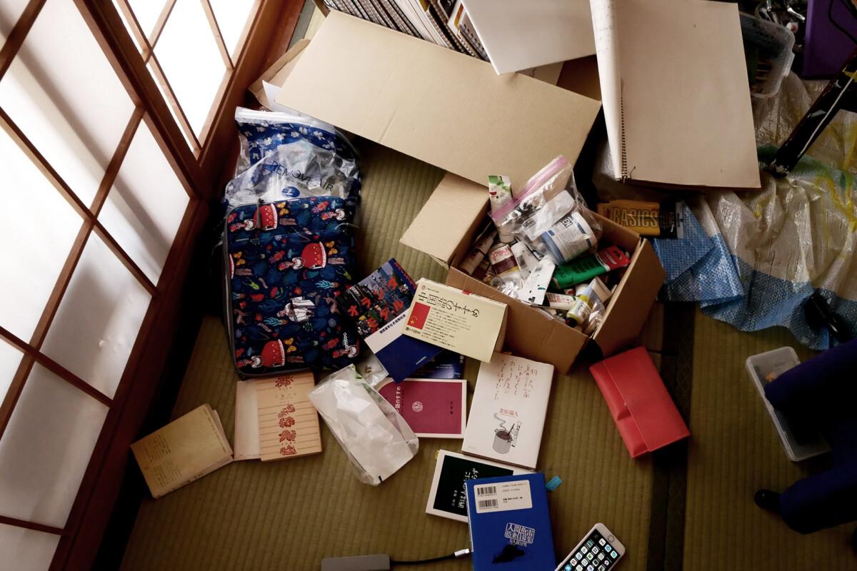 books, laptop case, wallet etc. on the tatami mat floor. It looks messy.